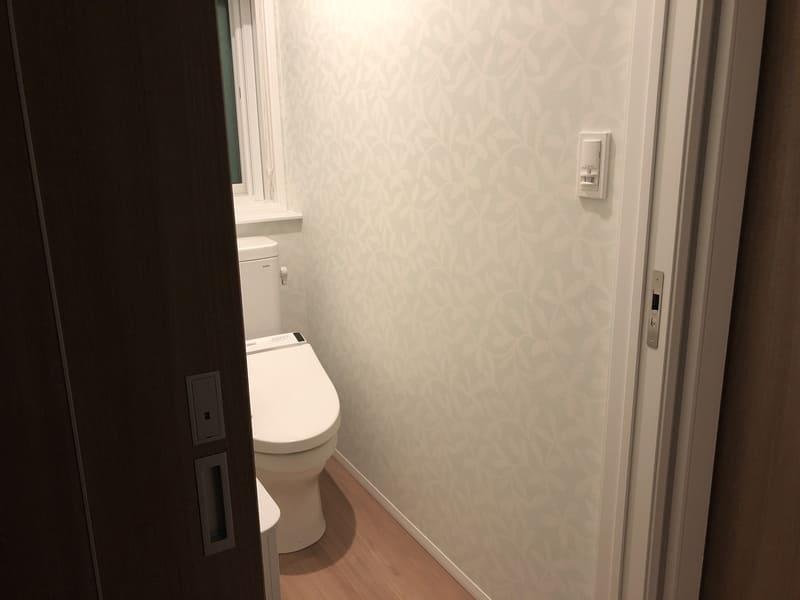 トイレ明るすぎ
